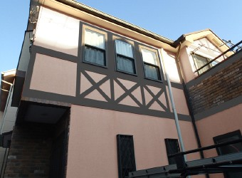 壁は薄いピンク・帯部分はグレーのカラーシミュレーション