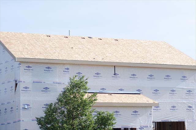 外壁は外側から、「塗装膜、外壁本体、通気層、防水シート、構造用合板、断熱材、石膏ボード、壁紙」という順で構成されています。
