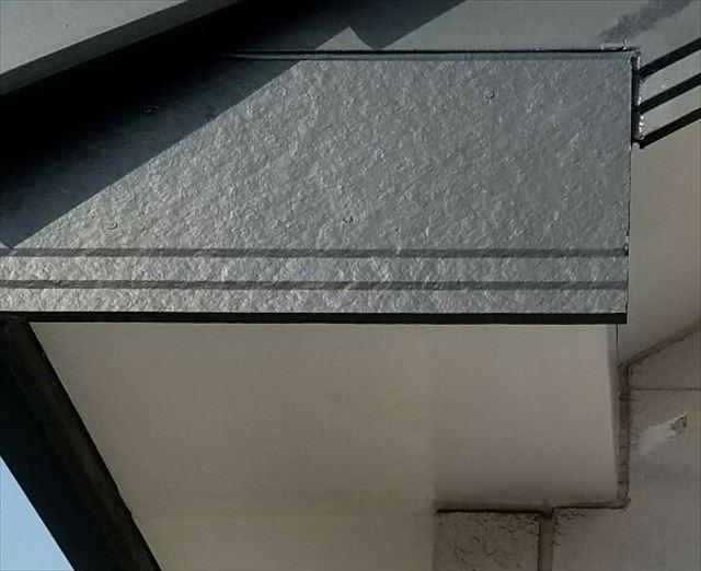 部分補修された破風板と軒天井