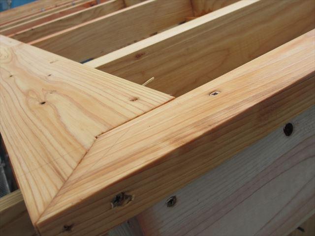 瓦葺き屋根の場合、軒先の下地には広小舞という木材が打たれて、軒先の瓦の角度を調整している