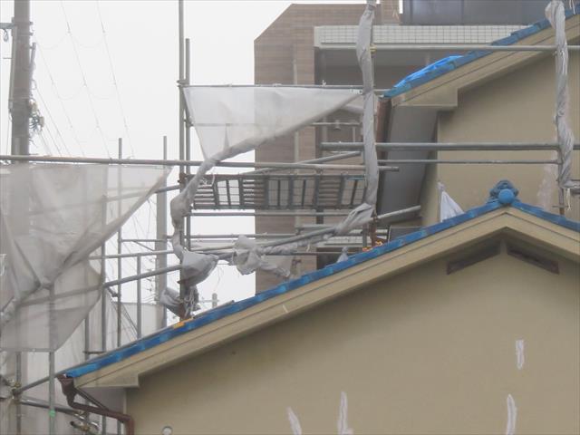 大屋根から瓦と葺き土を運び出しやすい様に、下屋根の上にステージ(櫓)を組みました。