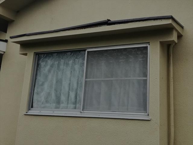 猪名川町でトタン庇がめくれた状態のお宅は街の屋根やさん宝塚店にお問合せ下さい。即日調査に伺います。