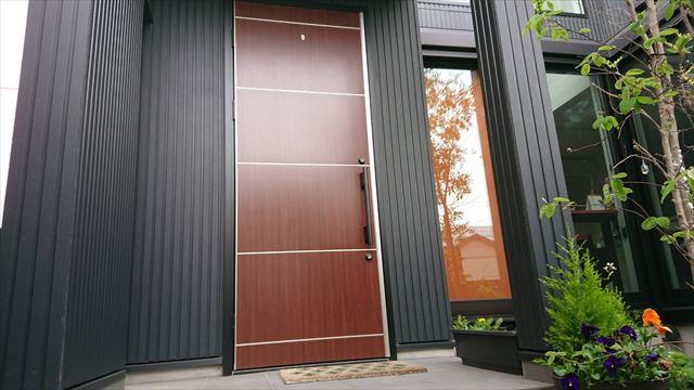 玄関は下屋で守られているが、天端は雨漏りの原因になることもある