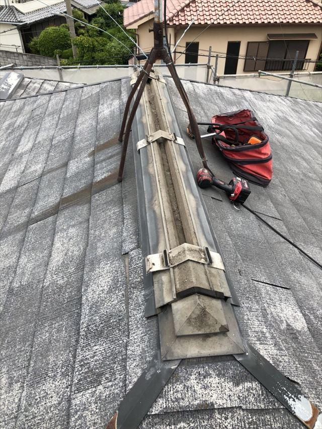 換気棟を外すと取り付け金具や貫板が現れる大棟