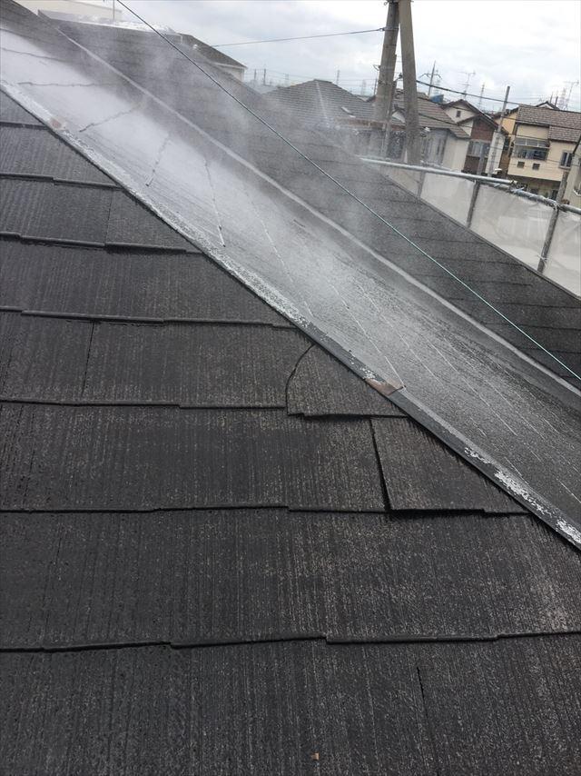高圧洗浄後に水分が蒸発している屋根の様子。春にもかかわらず屋根は太陽の恩恵を受ける。