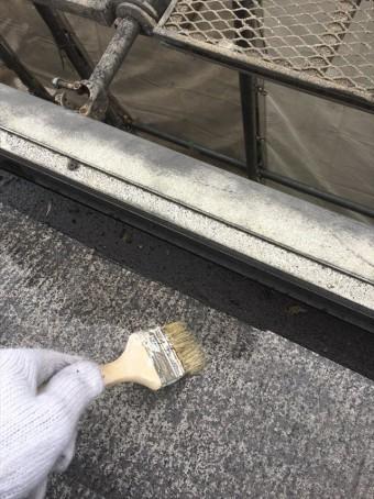 高圧洗浄後の屋根にカチオン系シーラーを塗布していく