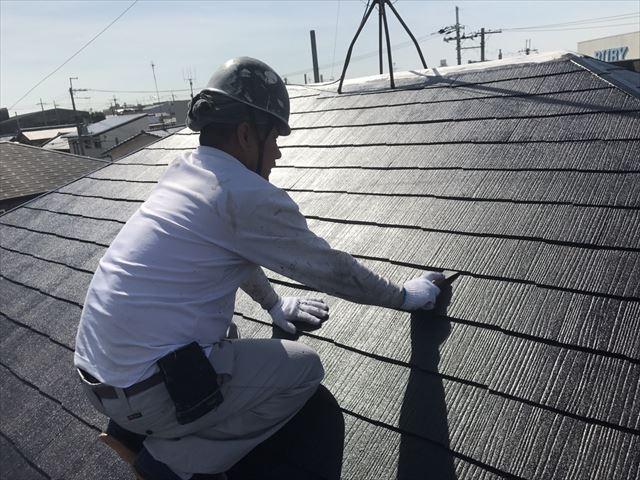 屋根塗装後の縁切り作業は侵入した雨水や内部で生じる結露水を排出できるよう、屋根が呼吸をできるようにするために大切な作業です