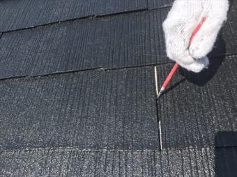 屋根材の横方向の継ぎ目にはローラーが行き届きませんので、筆でタッチアップ仕上げをします