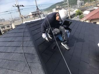 屋根の仕上げ塗り(上塗り)において平部はローラー塗装で効率よく広範囲に塗って行きます。端部細部はハケや筆を使用します。