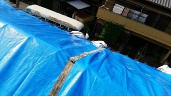 地震で損壊した屋根はブルーシートで応急処置をして工事を待ちます