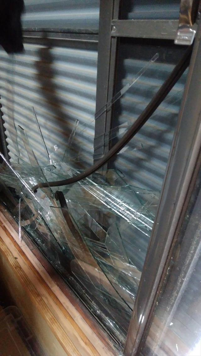 台風21号の強風で運ばれてきた飛来物が激突して、2階のバルコニー設置されていたサッシ窓のガラスが割れてしまった