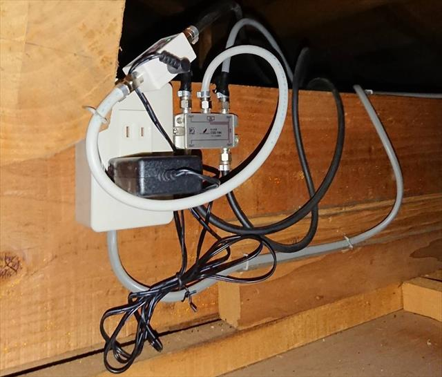 壁掛型テレビアンテナは、電波取得状況が悪い場合は屋根裏に増幅器(ブースター)を設置して、弱い電波取得状況でも安定的なテレビ放送を受信することが出来る場合がある。