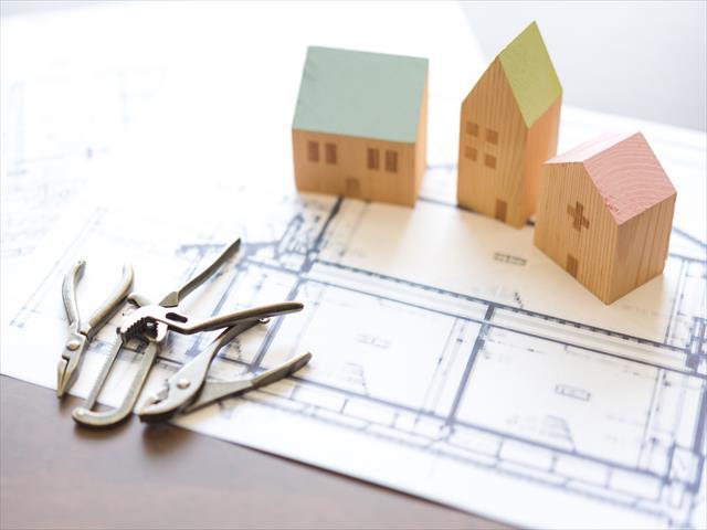 それぞれのお家は、建築に関わった方が一番よく理解しているはずなので、まずは住宅建築会社に診てもらうのが最善策だと思います。 横着をする意図ではなく、危険を冒して屋根に登らなくても、構造を知っている住宅建築会社は、おおよその想像が出来ていたのでしょう。