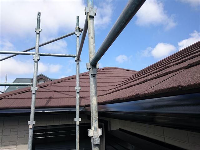 大屋根の軒樋の交換には足場が必要なので、雨どいが破損した時は結構な支出を覚悟しなければならない