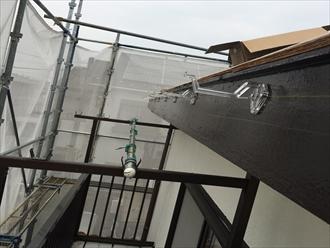 雨どい(軒樋)の勾配は水糸を張って1000分の3から5くらいの勾配を設定する