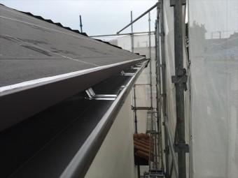 軒先に唐草(水切り板金)が設置され、雨どい(軒樋)が正式に設置され、水勾配が十分についていて排水性も問題ない