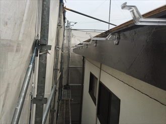 雨どい(軒樋)吊り金具は垂木のピッチ455mmで設置すると降雪や落雪の重みに十分耐えてくれる