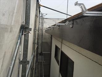 軒樋の取り付け金具(支持金具、吊り金具)は水糸を張って高低差を設けることで、竪樋への排水を円滑にする