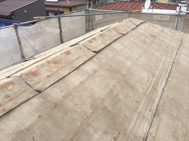 屋根瓦、葺き土、瓦桟を撤去して、野地板の重ね葺きを待つ状態のカバー工法の屋根