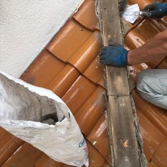 下屋の隅棟の漆喰はきれいに取り除いて清掃したので、新しい漆喰を詰め直していく
