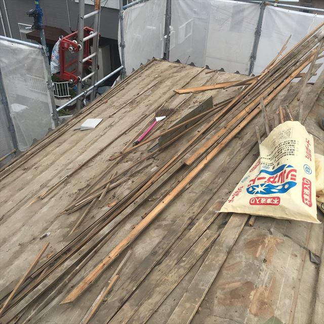瓦屋根で必要な瓦桟は、屋根全体では大人の体重以上の重さとかさがある