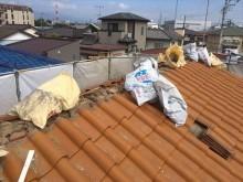 屋根瓦の撤去作業は大棟から行うのが原則。瓦、釘、葺き土、漆喰、瓦桟は分別して処分する
