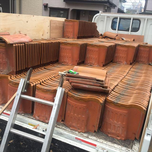 トラック満載の屋根瓦。こんなに多くの瓦が葺かれていたのです。屋根の重量は相当な重さであったことが解ります