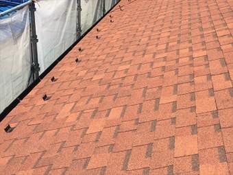 寄棟屋根の平面部が優先して葺かれているオークリッジスーパー