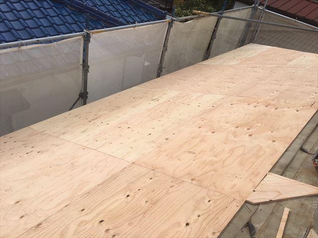 野地板を重ね張りするメリットは屋根の強度が上がるだけでなく通気層ができて断熱効果と消音効果が上がる