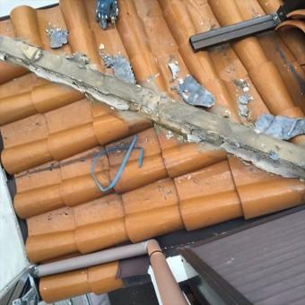 下屋の隅棟を開けてみると漆喰は乾燥してバラバラになっており防水機能は完全に失われている