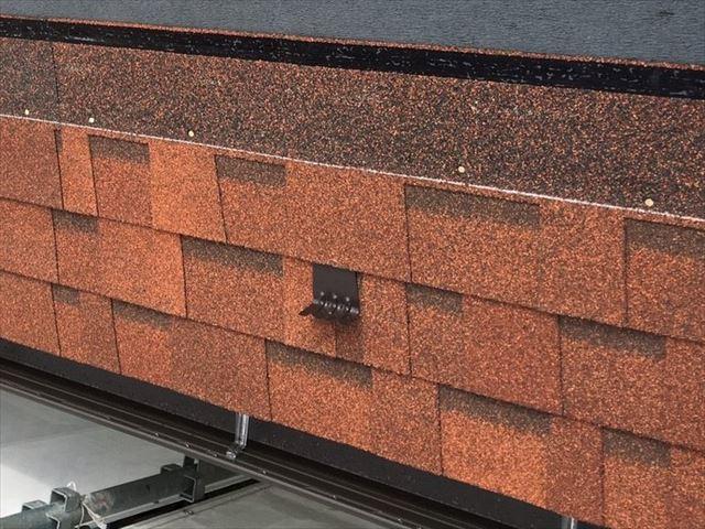 アスファルトシングル材オークリッジスーパーに引かれた白い水準線が張り重ねられる屋根材の水平水準を守ってくれ正確な水平がでる