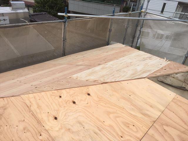 構造合板のカバー工事で断熱効果と消音効果が高まるので、屋根リフォームの時にはぜひ野地板の重ね張りをしたい
