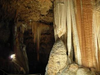鍾乳洞の鍾乳石はセメントやALCなどに多く含まれている石灰成分でできている