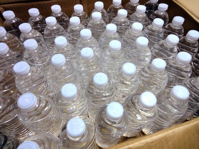 大阪北部地震ではお風呂の汲み置き水が揺れて溢れ出て、脱衣所が水浸しになった弊害も出ましたが、無いよりはましです。 飲料水用ポリタンクに目いっぱい入れて、極限まで空気を抜いておくと、数か月は腐らず飲用に耐えてくれます。