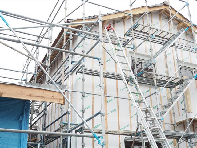 高槻市で屋根葺き替え工事をするお宅の足場工事が始まりました