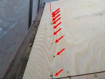 野地板補強用の構造用合板は軒先の広小舞へ向けて桁方向に一列で釘を打っていくと、強風でめくりあげられることがなくなって、風災に遭いにくい屋根工事が出来ます。