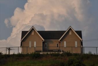 一軒家の屋根には雷が落ちやすい