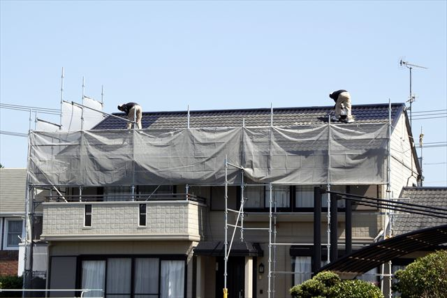 屋根は高く危険な場所で滑落の危険がある