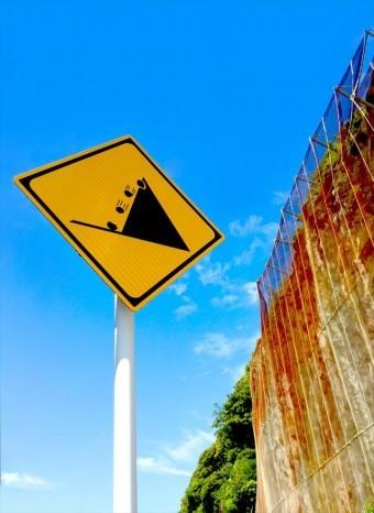 屋根からの落下物に注意