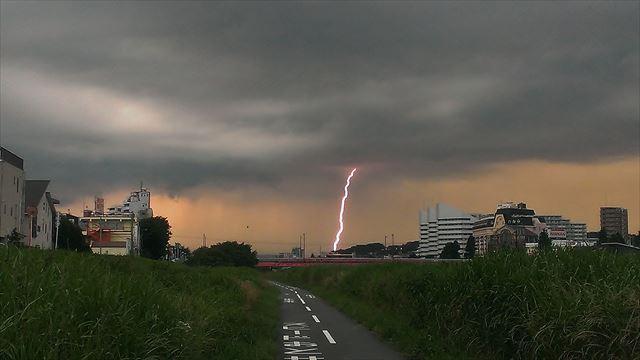 建物を直撃する落雷