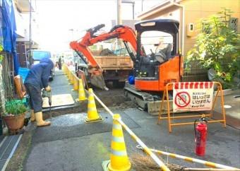 ガスや水道に必要な配管は、アスファルト道路を掘削して埋設し、生活インフラを各戸に届けます。