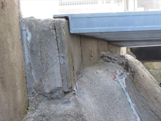 1段しかブロックが積まれていないガレージ擁壁は、基礎地盤の荷重を受け止めるには脆弱であった