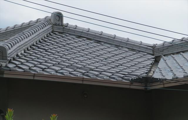 瓦屋根の各部をクローズアップして見て行くと、様々な形状の瓦が屋根を覆っている事が解ります。平瓦、棟瓦、袖瓦、軒瓦、鬼瓦
