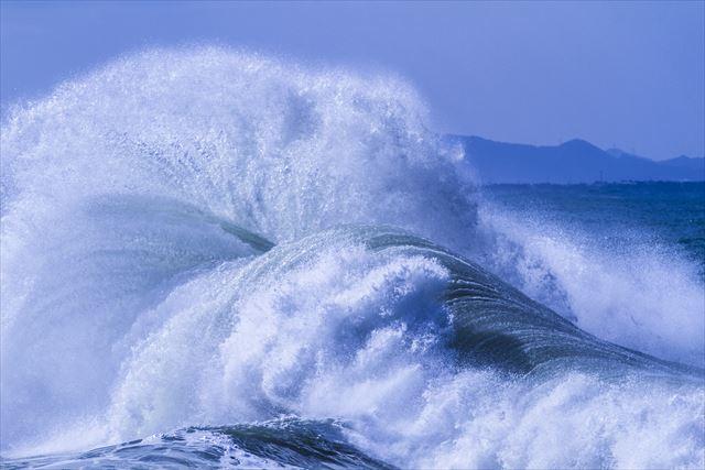 太陽光の恵みと地球の自転で生み出される風と波の発生が大きなエネルギーになったときに屋根や家屋を破壊する自然災害が発生する