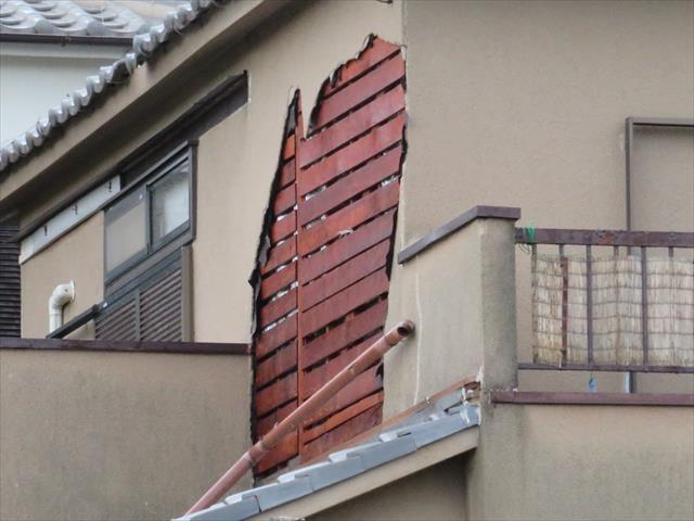 高槻市で飛来物が激突した衝撃で一部のモルタルが割損し、続いて強い風圧で吹き込む風は、広い範囲のモルタル外壁を崩落させることになった。