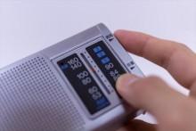 乾電池などの小さな電力で情報を得ることが出来るラジオは、災害時の強い味方になります。