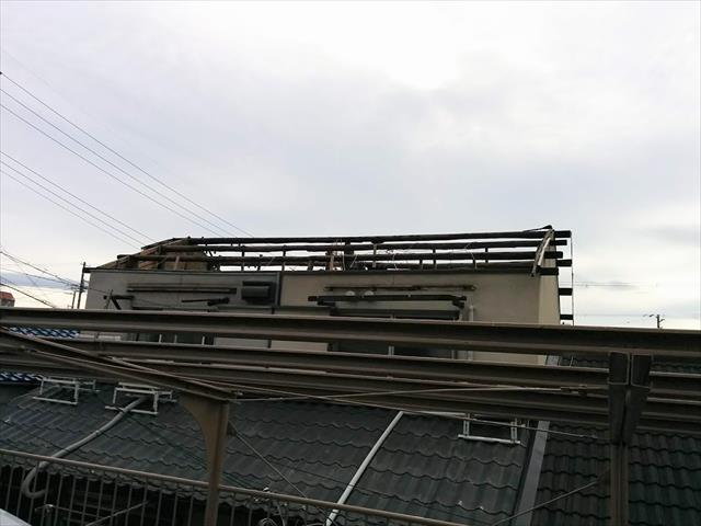 台風21号は2017年、2018年ともに猛烈な勢力で近畿地方を襲い、屋根を吹き飛ばしたうえで野地板がなくなり、垂木、母屋、桁、棟木が露出する惨状を招いた。