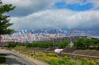 高槻市は人口34.9万人を擁する大阪部北部の北摂三島に位置し、面積要件から指定された中核市です。 大阪府郊外のベッドタウンながら、古くから通勤特急と新快速が停車し、人口密度は高く、住宅密集地が多い特徴があります。