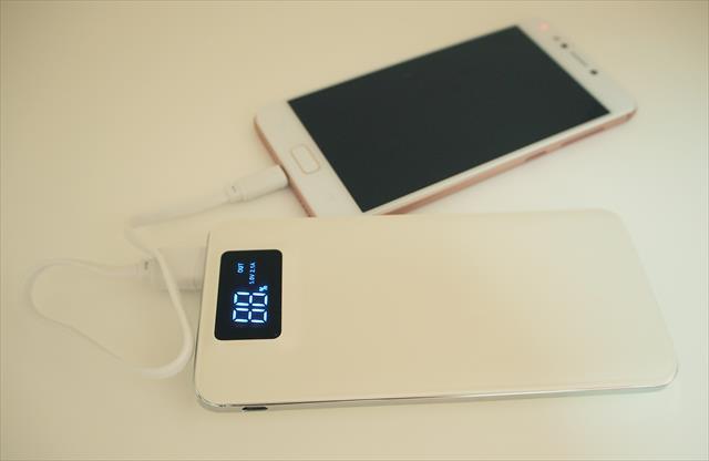 いまや携帯やスマホなしには生活が成り立ちにくい状態ですので、携帯用補助バッテリーを用意しておきたいです。
