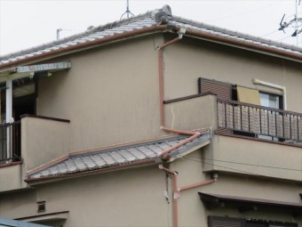 台風21号の被害を受ける前には大屋根の上にテレビアンテナが載っていた。